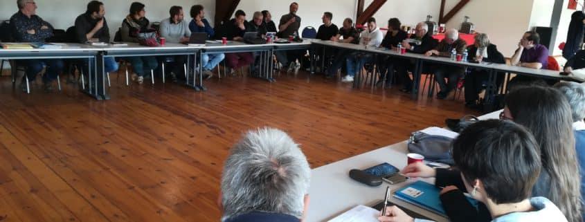 Salle de réunion et discussions lors de l'assemblée générale